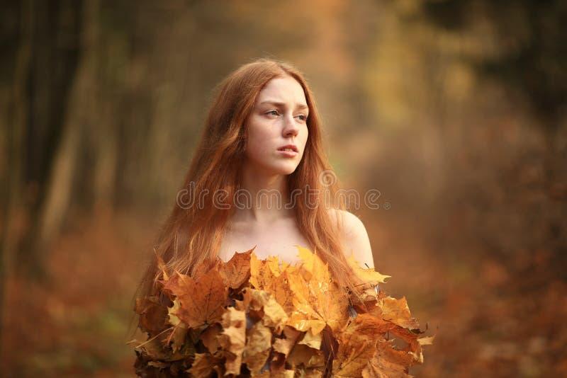 Mode-Herbstmodell, Fall-Blätter kleiden, Schönheits-Mädchen an lizenzfreies stockfoto