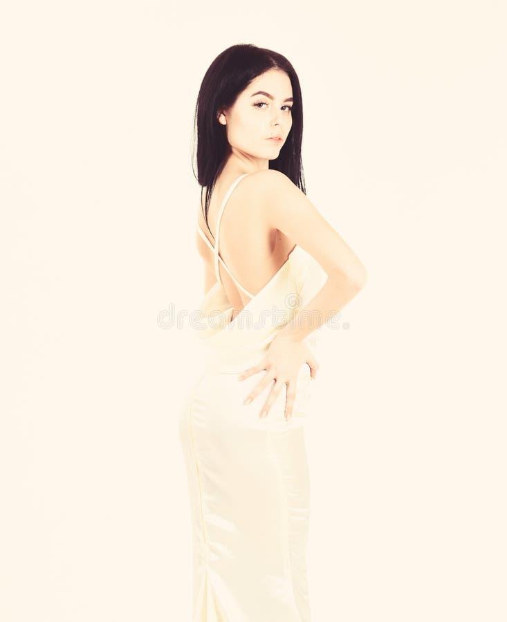Mode-Hochzeits-Konzept Frau im eleganten wei?en Kleid mit dem Akt hinter, wei?er Hintergrund Braut, w?rdevolles M?dchen im Kleid stockfotografie