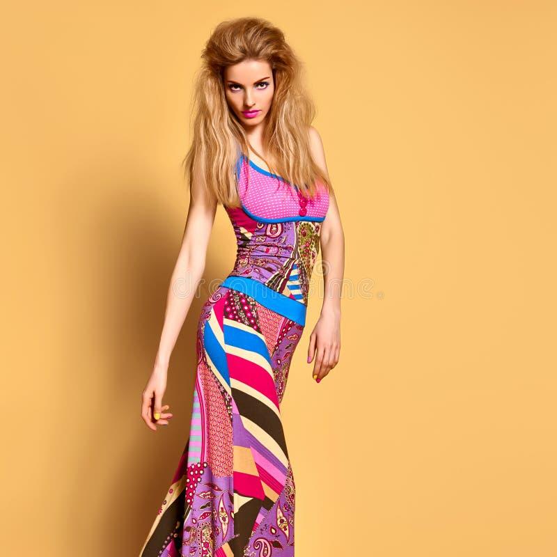 Mode Jeune femme dans l'équipement coloré d'été images libres de droits