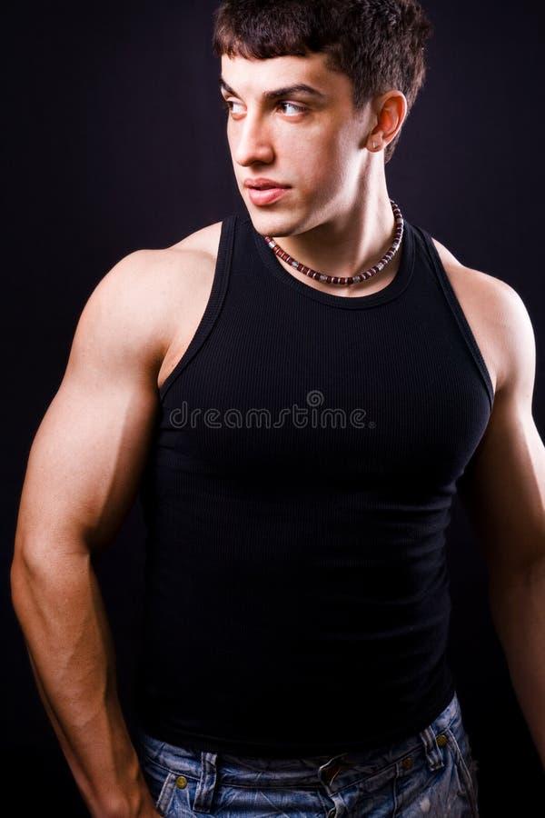 Mode : jeune homme musculaire bel photographie stock libre de droits