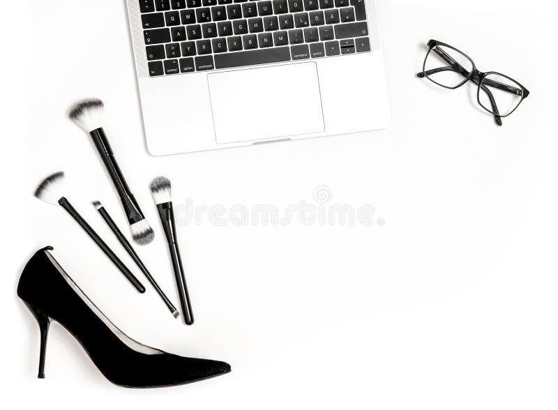 Mode lägger framlänges den sociala massmediaanteckningsboken för bloggeren fotografering för bildbyråer