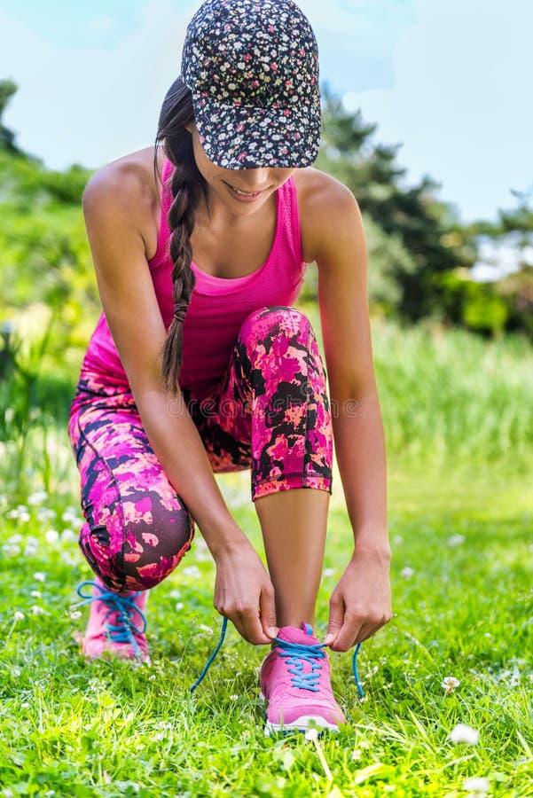 Mode laufendes Activewear-Läufermädchen, das Schuhe bindet lizenzfreie stockfotos
