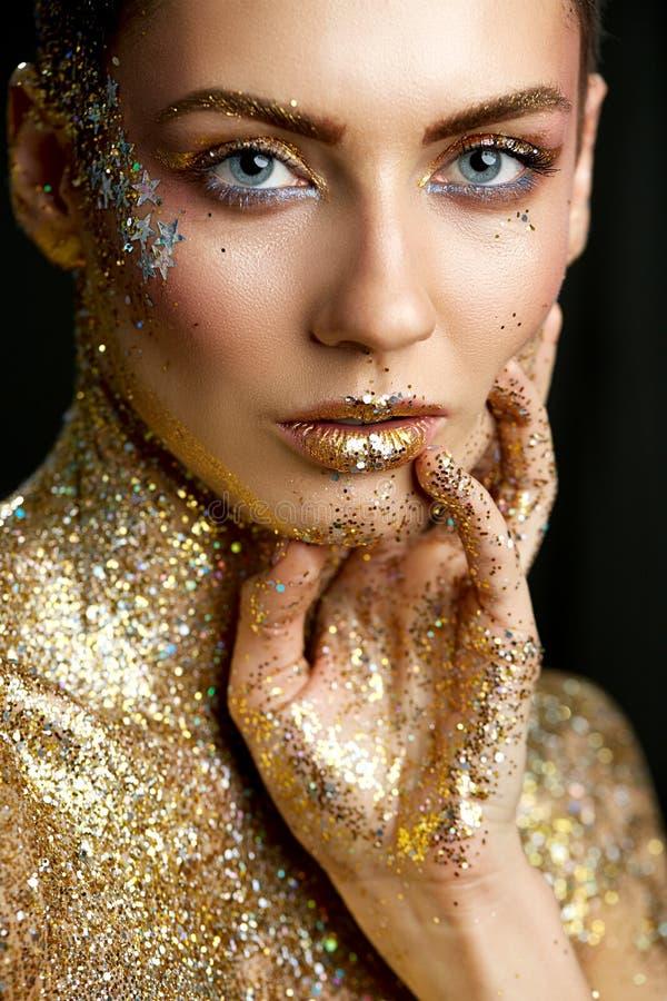 Mode-Lippenschönheit Art Makeup, Frauen-metallischer Lippenstift bilden stockbilder