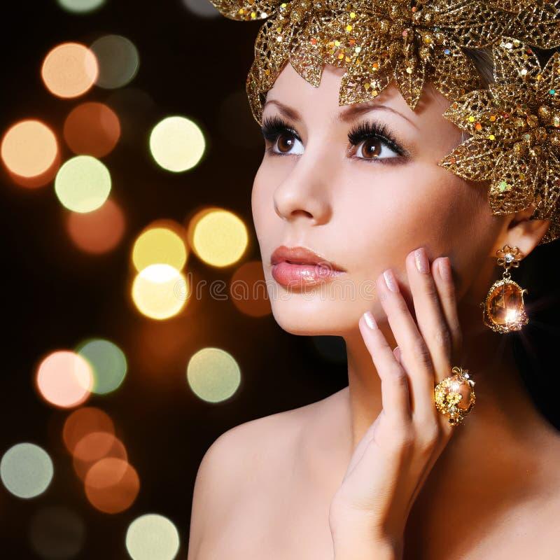 Mode-Mädchen mit Goldschmucken. Junge Frau der Schönheit lizenzfreie stockfotos
