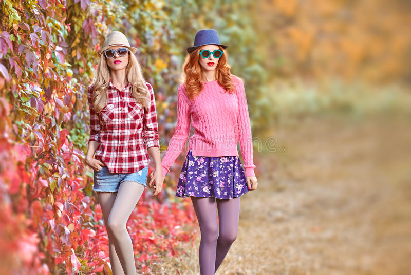 Mode-Mädchen, stilvoller Autumn Outfit Natur im Freien stockbild