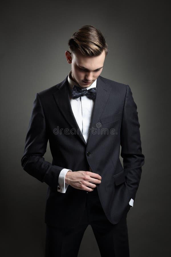 Mode-Modell, das mit Anzug aufwirft stockfoto