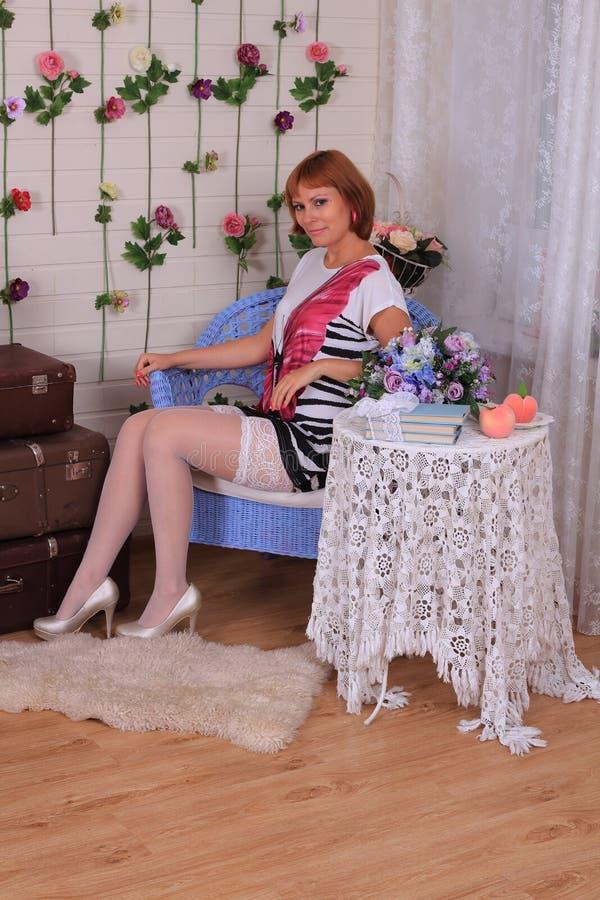Mode-Modell in den Strümpfen, die im Studio aufwerfen lizenzfreie stockfotografie