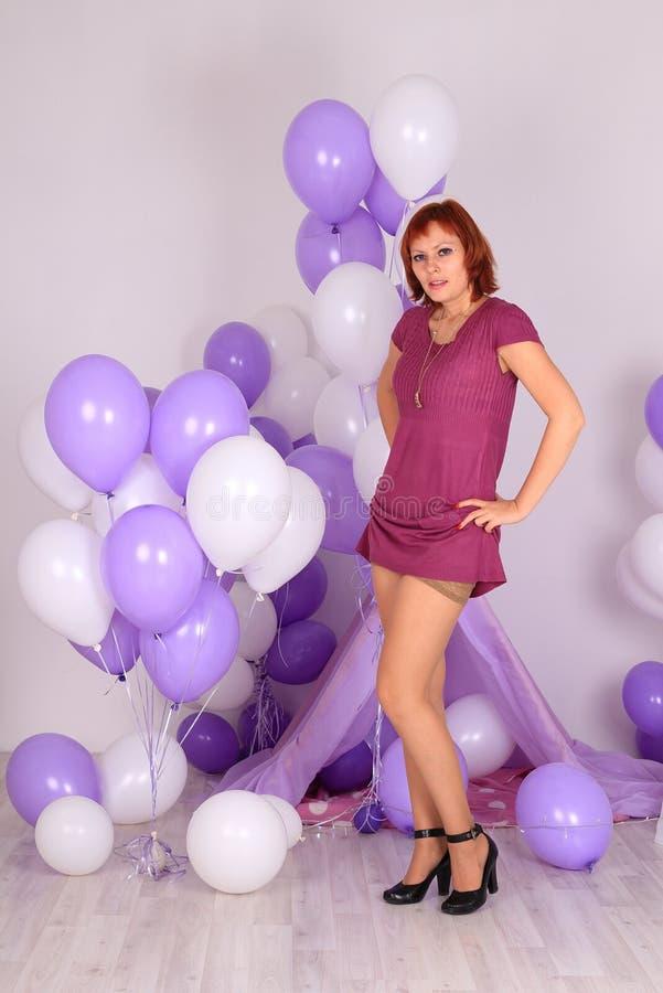 Mode-Modell in den Strümpfen, die im Studio aufwerfen lizenzfreie stockbilder