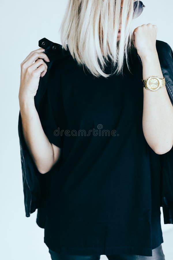 Mode-Modell in der ledernen Kleidung und im T-Shirt stockfotos