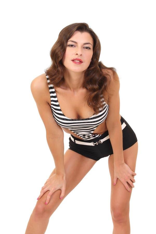 Mode-Modell in einem schwarzen Badeanzug stockfotografie
