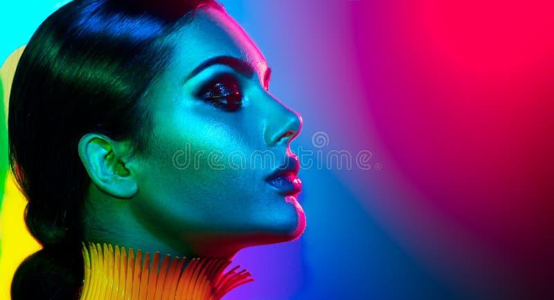 Mode-Modell-Frau in der bunten hellen Lichtaufstellung Porträt des sexy Mädchens mit modischem Make-up lizenzfreie stockbilder