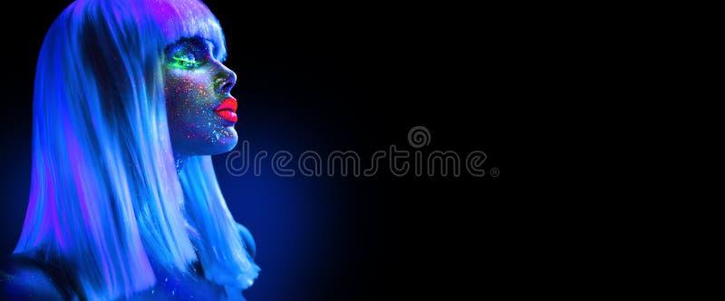 Mode-Modell-Frau im Neonlicht Schönes vorbildliches Mädchen mit buntem hellem Leuchtstoffmake-up lokalisiert auf Schwarzem ultrav lizenzfreie stockbilder