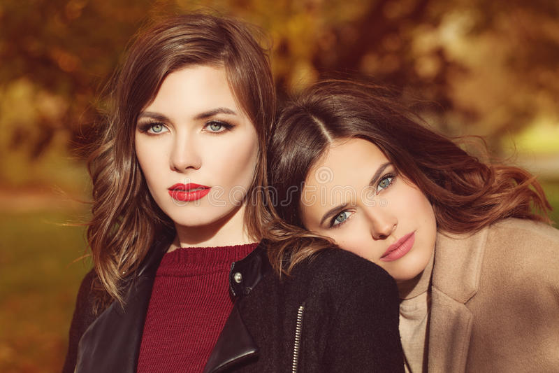 Mode-Modell-Frauen mit Make-up und den gelockten Haaren lizenzfreies stockbild
