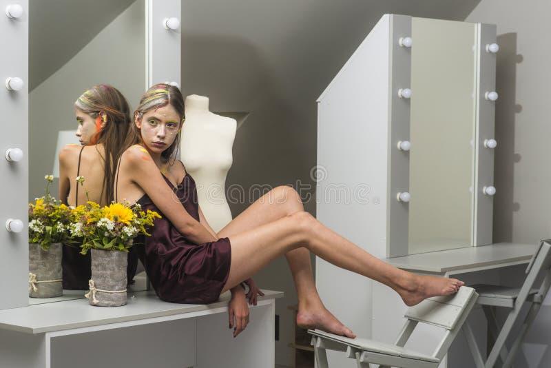 Mode-Modell-Frauenhaltung am Spiegel lizenzfreie stockbilder