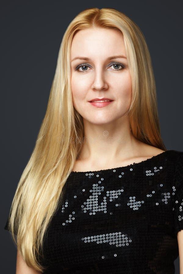 Mode-Modell Girl Portrait mit blauen Augen und dem langen blonden Haar. Schönheits-Frau lokalisiert auf einem schwarzen Hintergrun lizenzfreies stockfoto