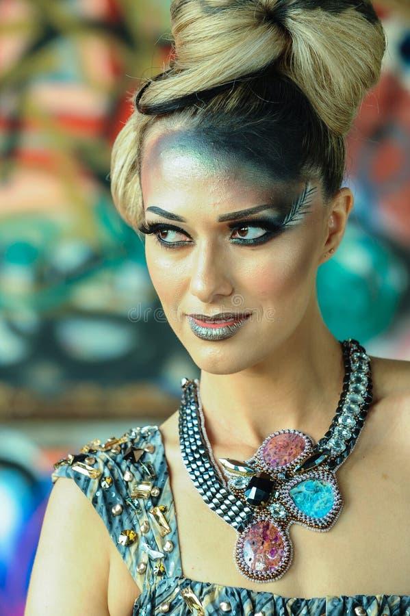 Mode-Modell Girl Portrait mit hellem künstlerischem Make-up lizenzfreie stockbilder