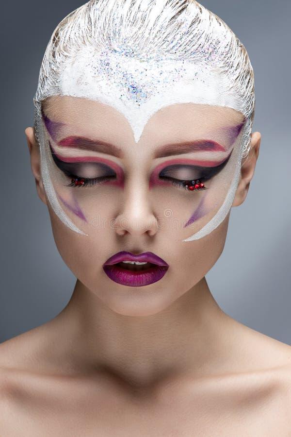 Mode-Modell Girl Portrait mit hellem Make-up stockbilder