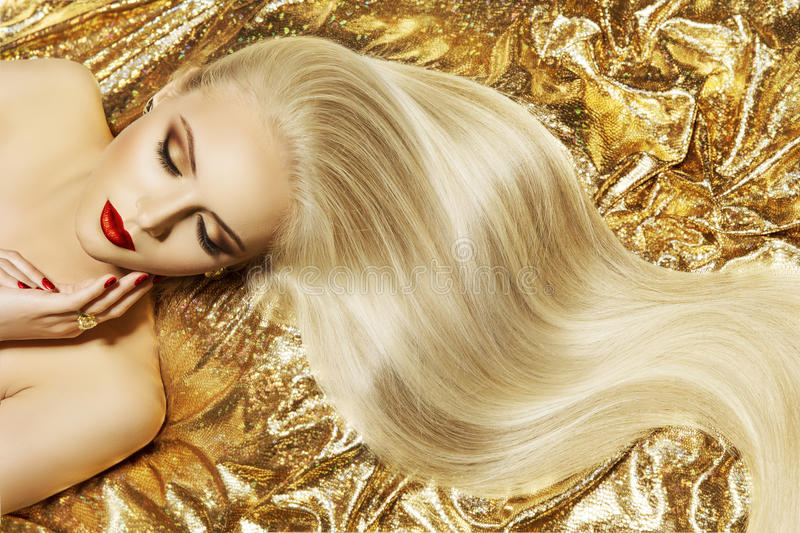 Mode-Modell-Gold Color Hair-Art, Frauen-lange wellenartig bewegende Frisur lizenzfreie stockbilder