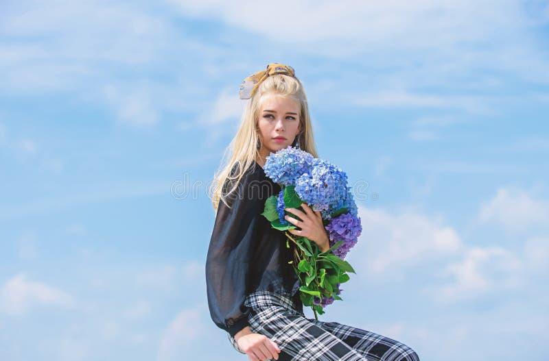 Mode-Modell-Griffhortensie-Blumenblumenstrau? des M?dchens zarter Make-up und Modeart Modetrendfr?hling Mode und lizenzfreie stockfotografie