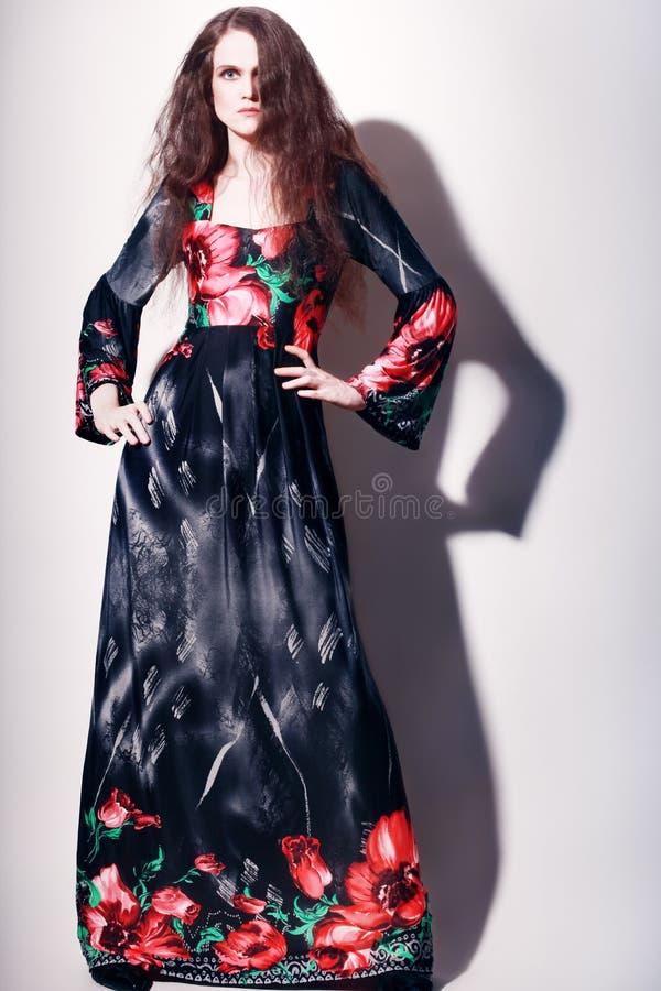 Mode-Modell im langen Abendkleid lizenzfreies stockbild