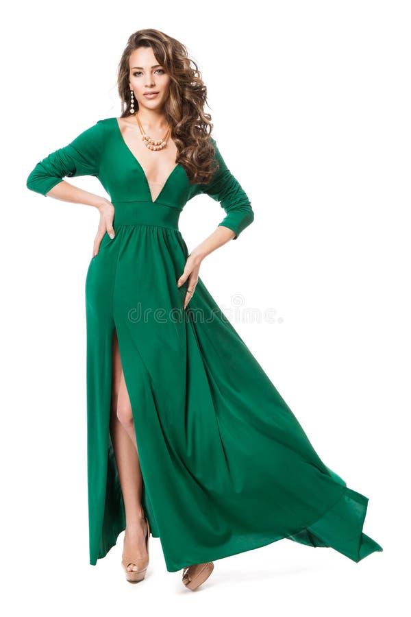 Mode-Modell im langen Kleid, langes flatterndes Kleid, Schönheits-Frisur-Ganzaufnahme auf Weiß lizenzfreies stockfoto