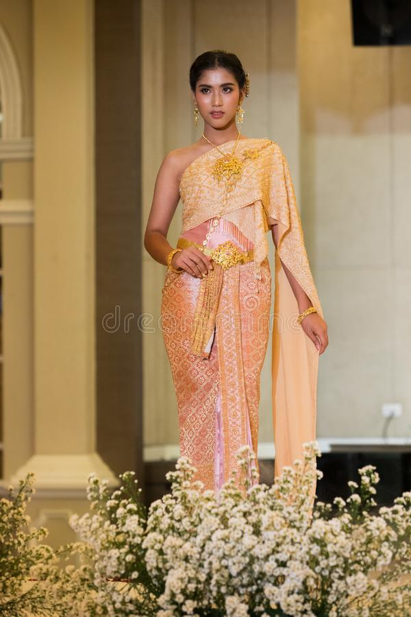 Mode-Modell im thailändischen traditionellen Kostüm-Hochzeits-Kleid stockbild