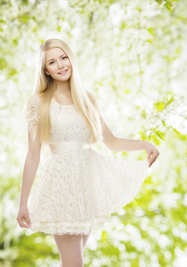 Mode-Modell im weißen Kleid, Mädchen stickte Spitze-Kleidung lizenzfreie stockfotografie