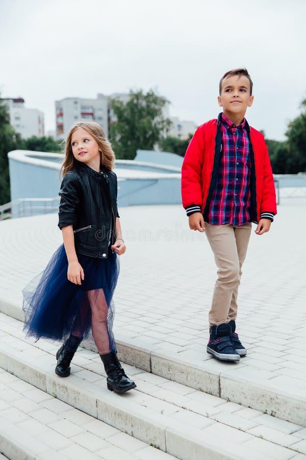Mode-Modell-Kinderweg die Treppe der Stadtstraßen Ein Junge und ein Mädchen, ein blauer Rock stockbilder