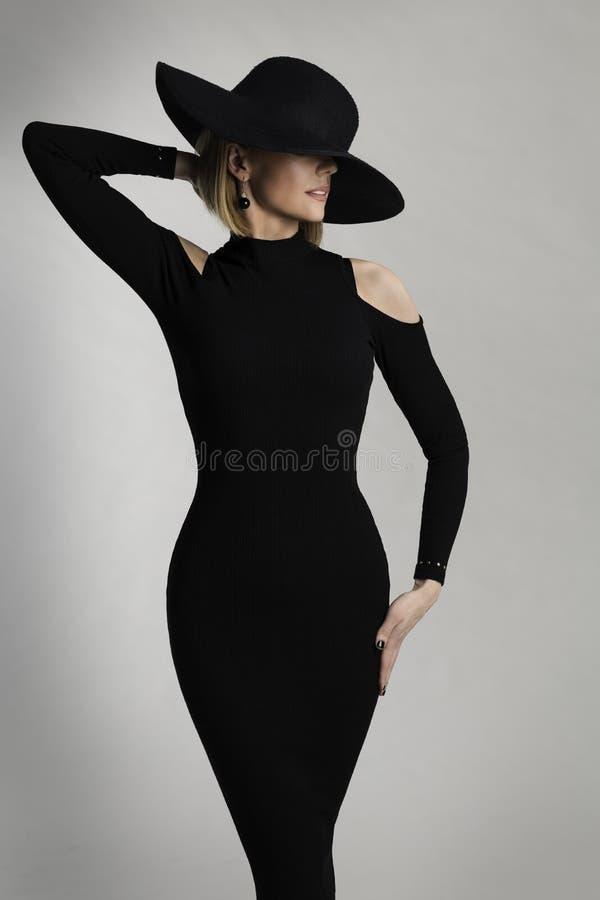 Mode-Modell Long Dress, breiter geströmter Hut, elegante Dame Beauty lizenzfreie stockfotos