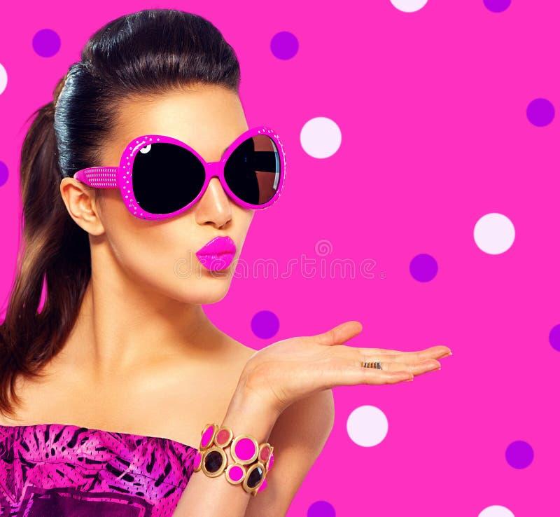 Mode-Modell-Mädchen, das purpurrote Sonnenbrille trägt stockfotos