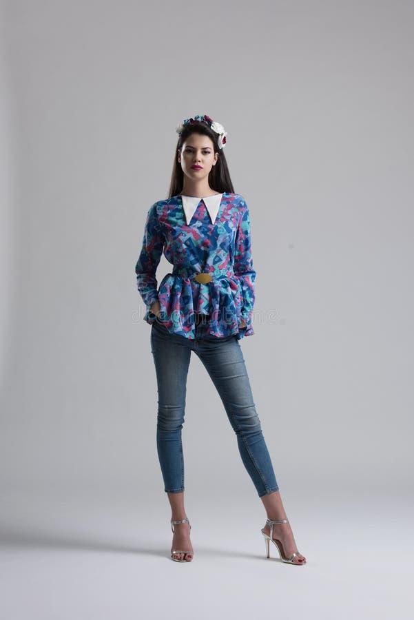 Mode-Modell-Mädchen lokalisiert über weißem Hintergrund lizenzfreies stockbild
