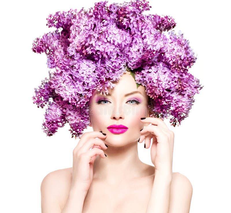 Mode-Modell-Mädchen mit Flieder blüht Frisur stockfoto