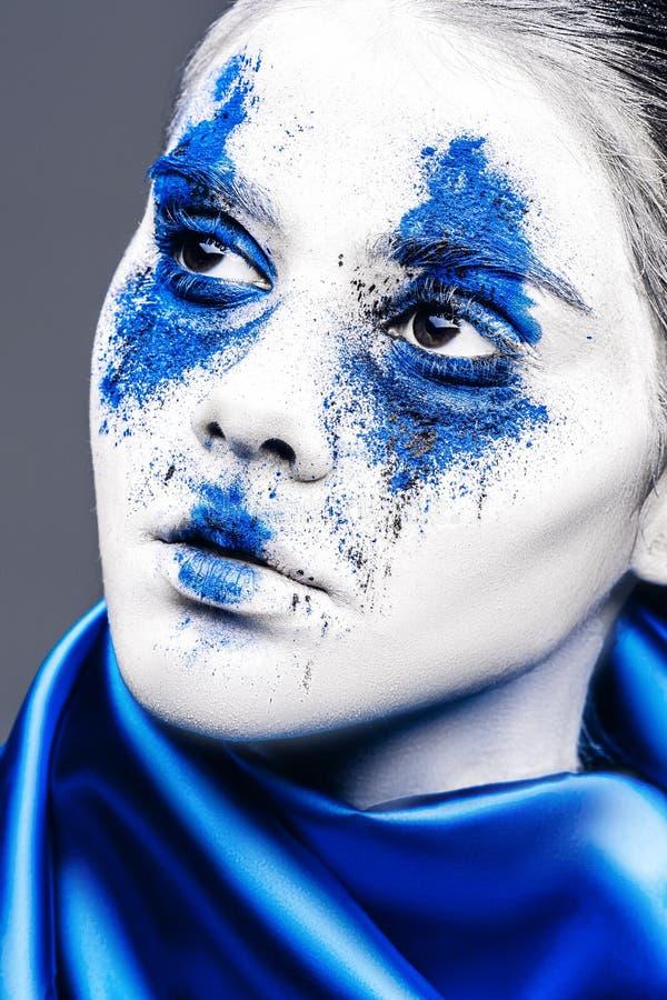 Mode-Modell-Mädchenporträt mit buntem Pulver bilden Frau mit hellem blauem Make-up und weißer Haut Abstrakte Fantasie stockbild