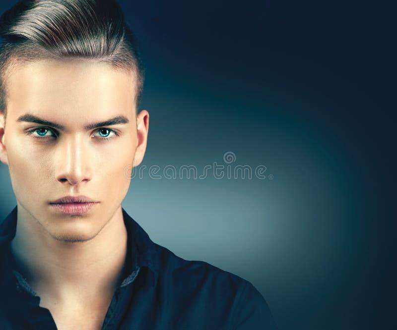 Mode-Modell-Mannporträt lizenzfreie stockbilder