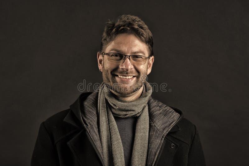 Mode-Modell mit Bartl?cheln auf dunklem Hintergrund Gl?cklicher Mann in den Gl?sern auf b?rtigem Gesicht B?rtiger Mann im Schal u stockfotos