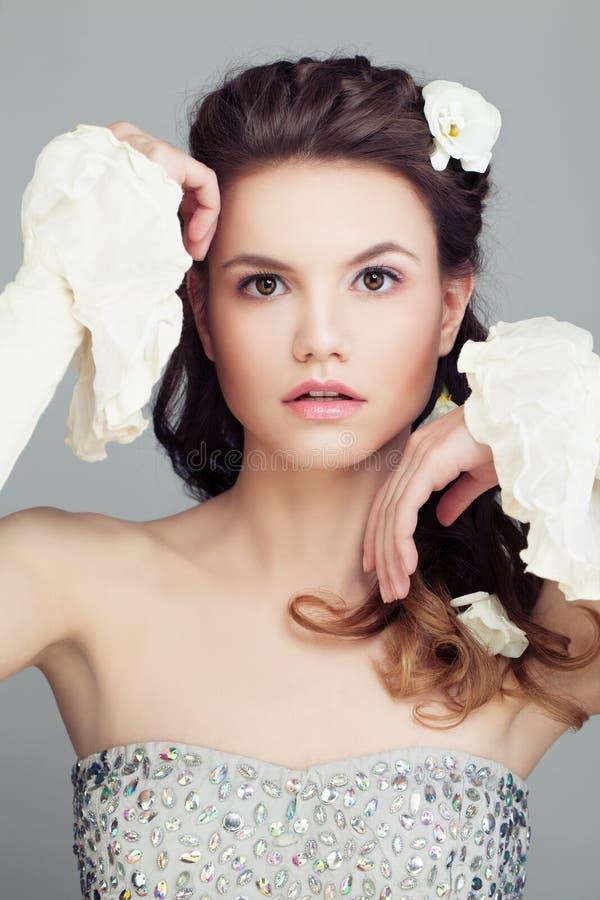 Mode-Modell mit Brautfrisur Schönes Haar und Blumen lizenzfreies stockfoto