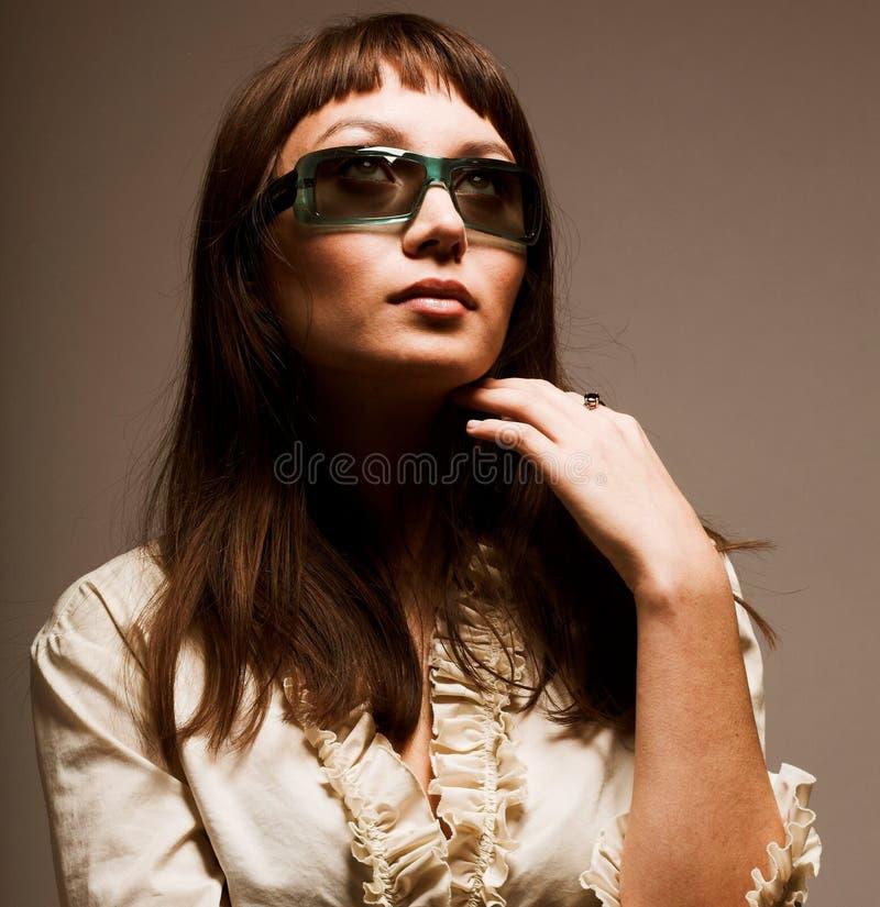 Mode-Modell mit Designersonnenbrille stockbilder