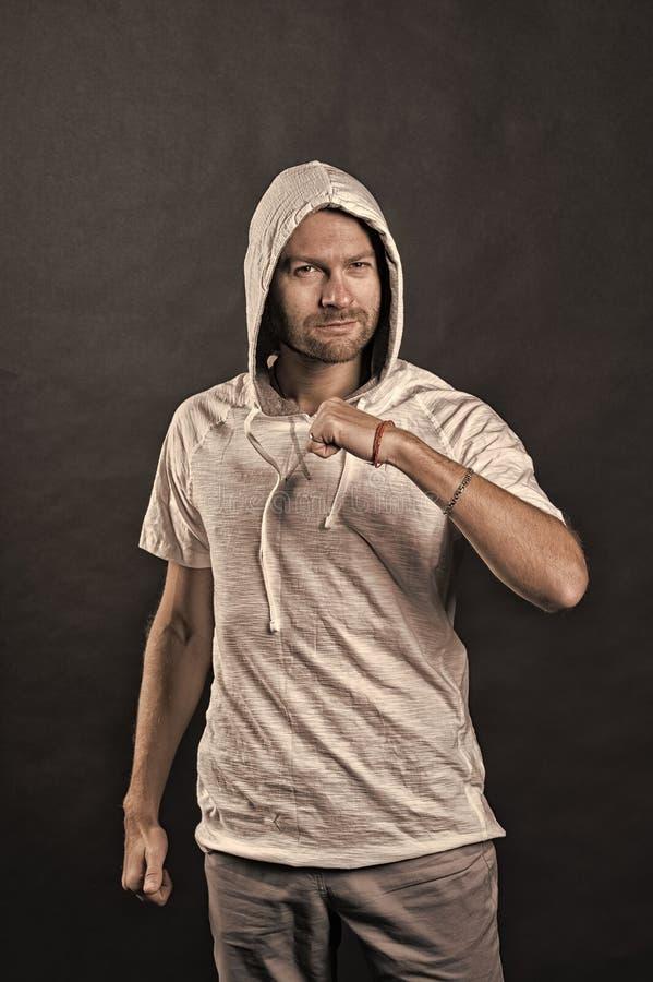 Mode-Modell mit Geste der geballten Faust B?rtiger Mann im zuf?lligen Sweatshirt Mann in der Haube im Hoodiet-shirt aktiv stockbild