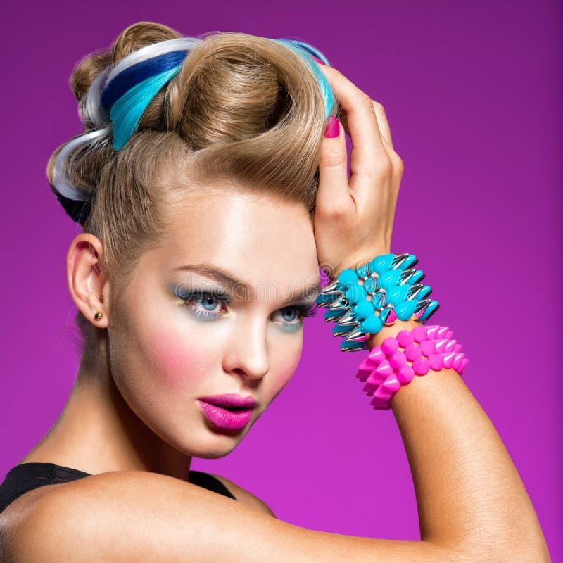 Mode-Modell mit hellem Make-up und kreativer Frisur lizenzfreies stockfoto