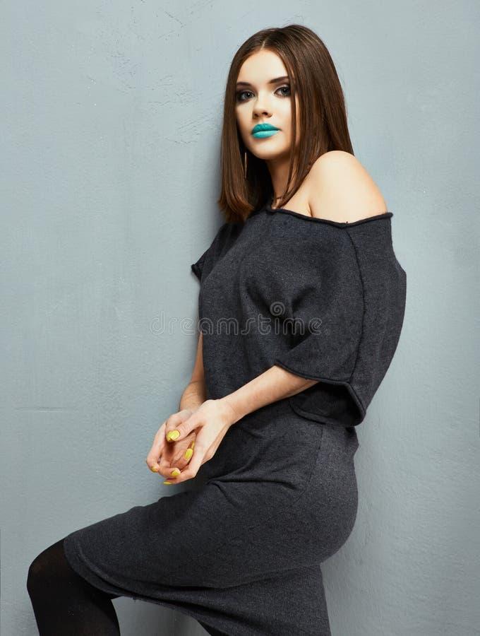 Mode-Modell-Schwarz-Kleideraufstellung Schmutzartgussnaht der jungen Frau stockfotografie