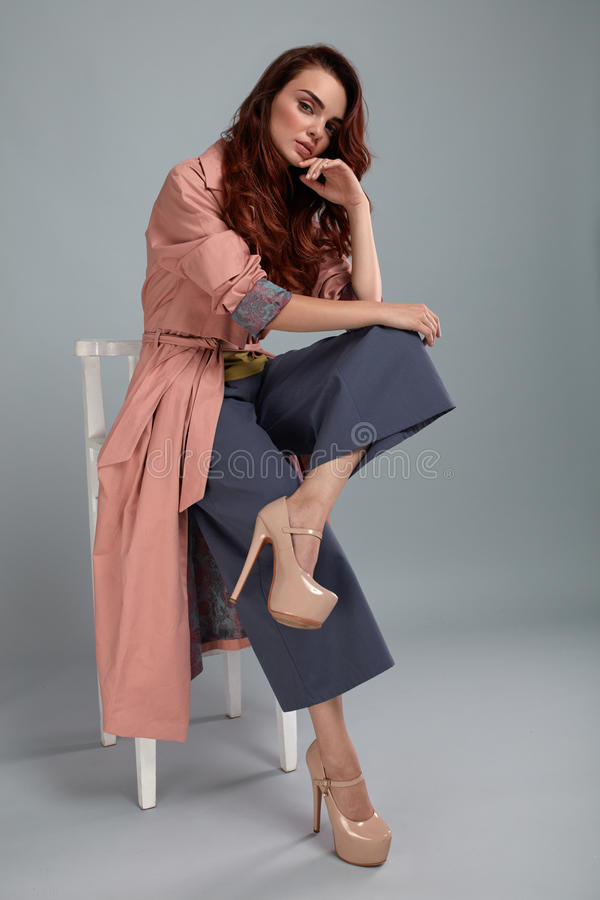 Mode-Modell Style Moderne Frau, die im Studio aufwirft lizenzfreies stockfoto