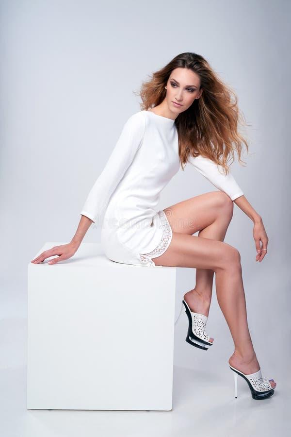 Mode-Modell in voller Länge im herrlichen Kleid lizenzfreie stockbilder