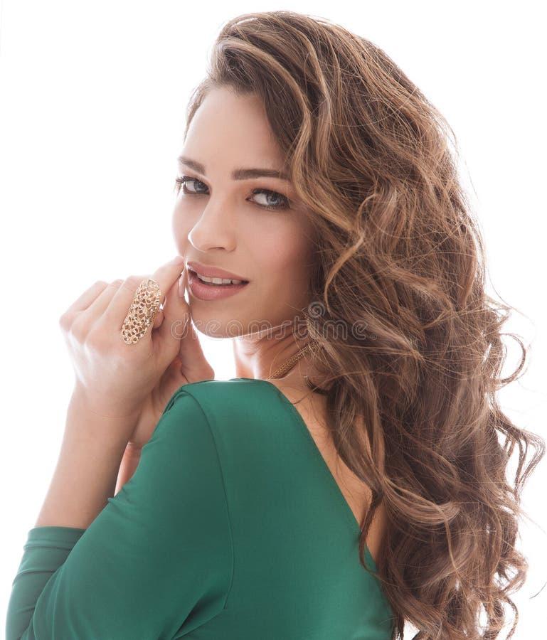 Mode modellerar skönhetståenden, den lockiga frisyren för härlig kvinnamakeup, för hårstudio för flicka långt skott på vit fotografering för bildbyråer