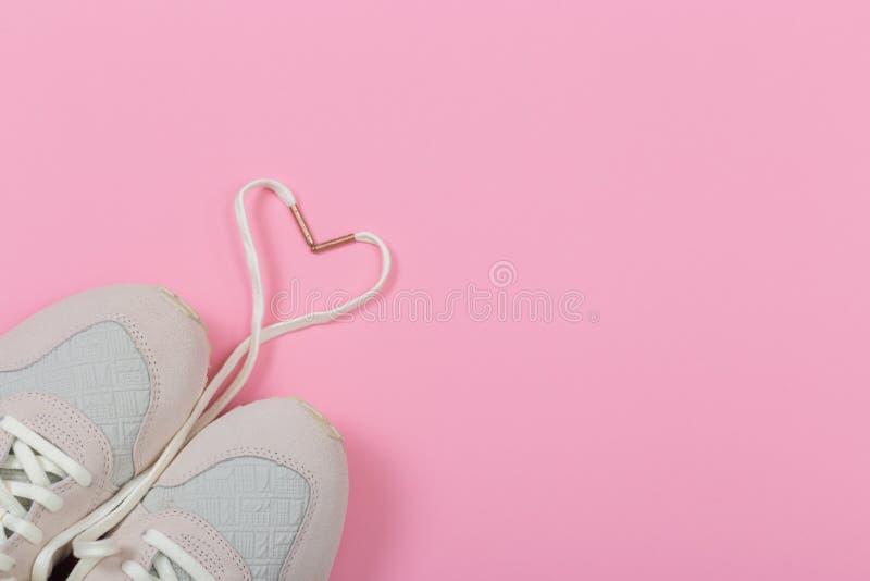 Mode-modische Trainer mit Herzen Liebe, Hippie-Satz Weibliche Turnschuhe, Sportschuhe in der Ebene legen Art, Draufsicht lizenzfreies stockbild