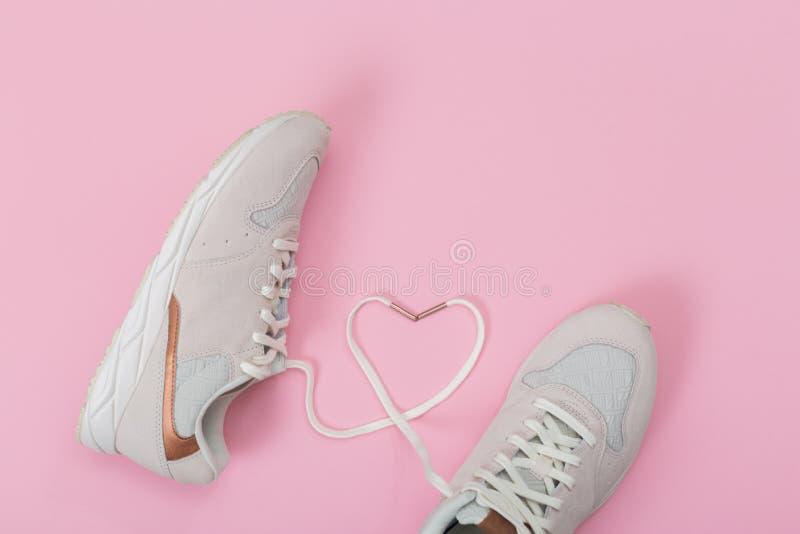 Mode-modische Trainer mit Herzen Liebe, Hippie-Satz Weibliche Turnschuhe, Sportschuhe in der Ebene legen Art, Draufsicht lizenzfreie stockfotografie