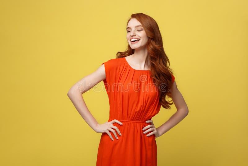Mode- och livsstilbegrepp: Studion sköt av attraktiv självsäker ung kvinnlig i det stora lynnet som känner sig lyckligt arkivfoton