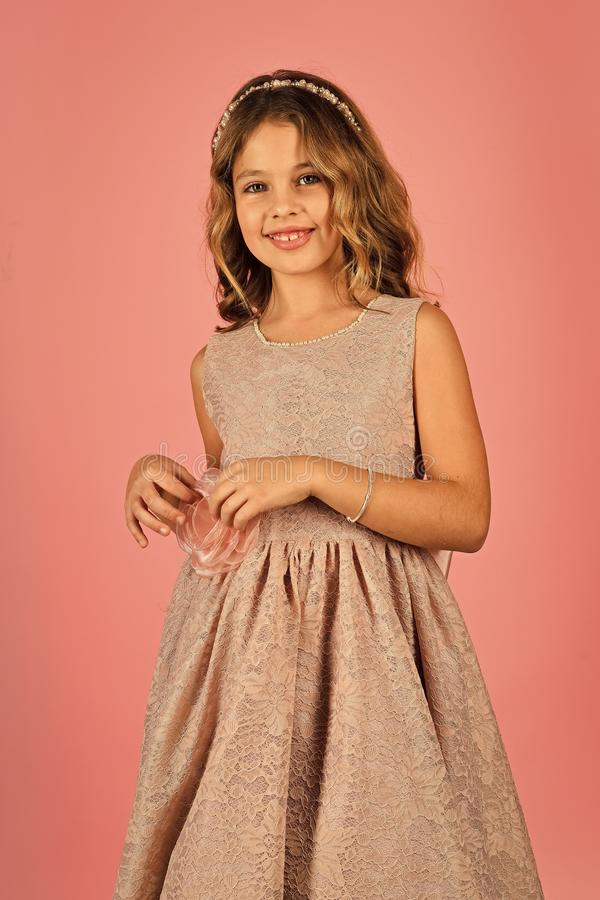 Mode och skönhet, liten prinsessa liten prinsessa i klänning liten princess för flicka arkivfoton