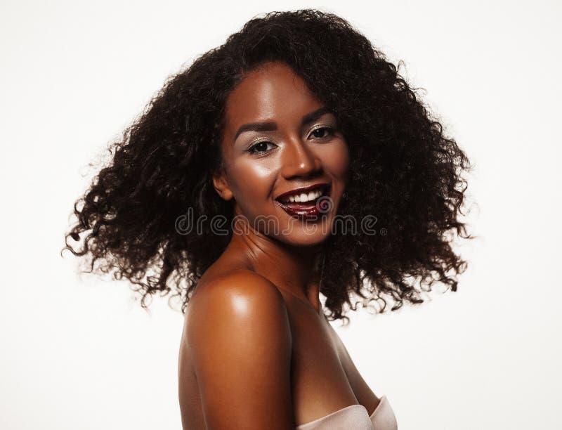 Mode- och skönhetbegrepp: attraktiv stående för afrikansk amerikankvinnacloseup arkivfoton