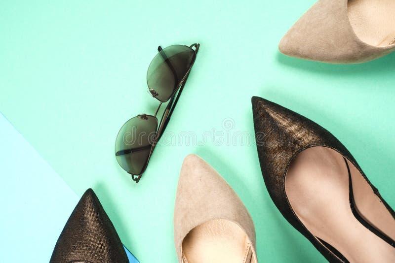 Mode olika skor för kvinnlig på höga häl royaltyfri foto