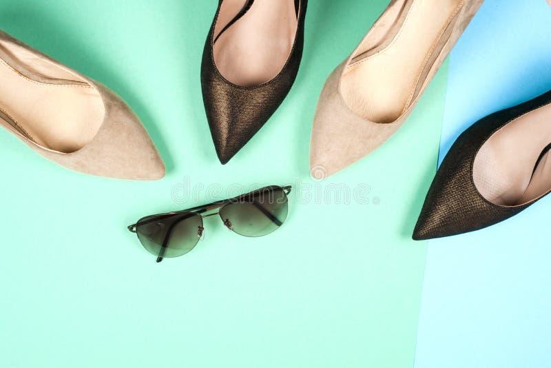 Mode olika skor för kvinnlig på höga häl royaltyfri bild